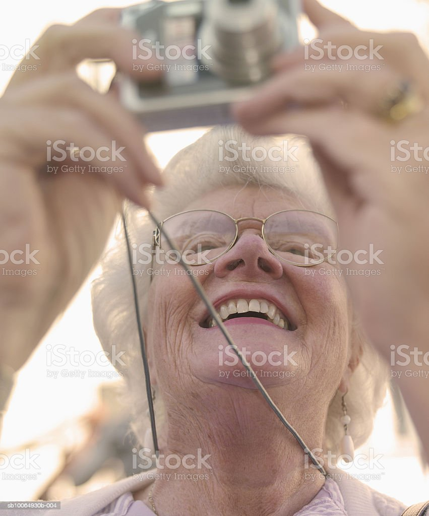 Senior woman photographing, close-up photo libre de droits