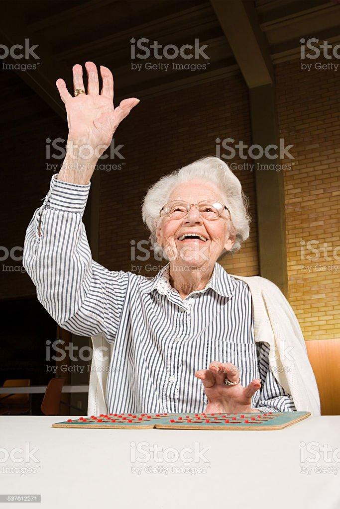 Sênior mulher jogar bingo - foto de acervo