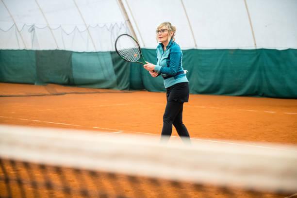 テニスをしているシニアウーマン - showus ストックフォトと画像