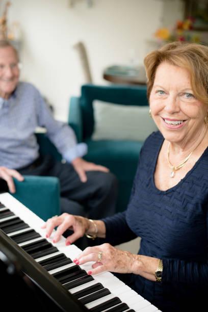 Seniorin am Klavier – Foto