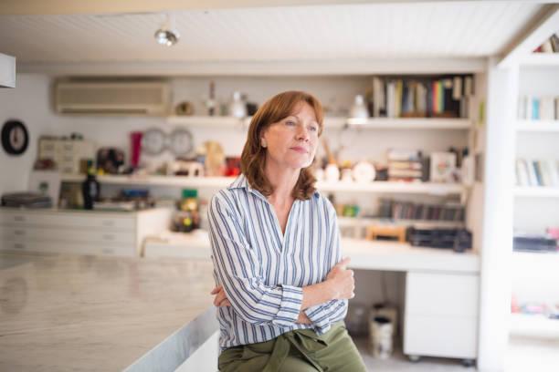 Seniorin Porträt in ihrem Wohnzimmer – Foto