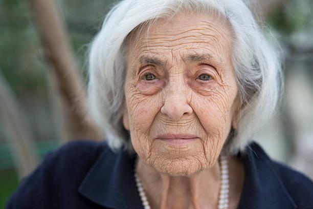 retrato de mujer senior - mujeres mayores fotografías e imágenes de stock