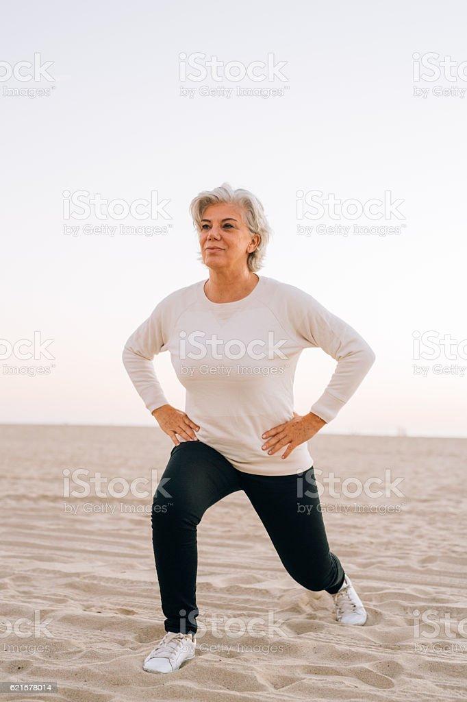 Senior femme pratiquant le yoga photo libre de droits