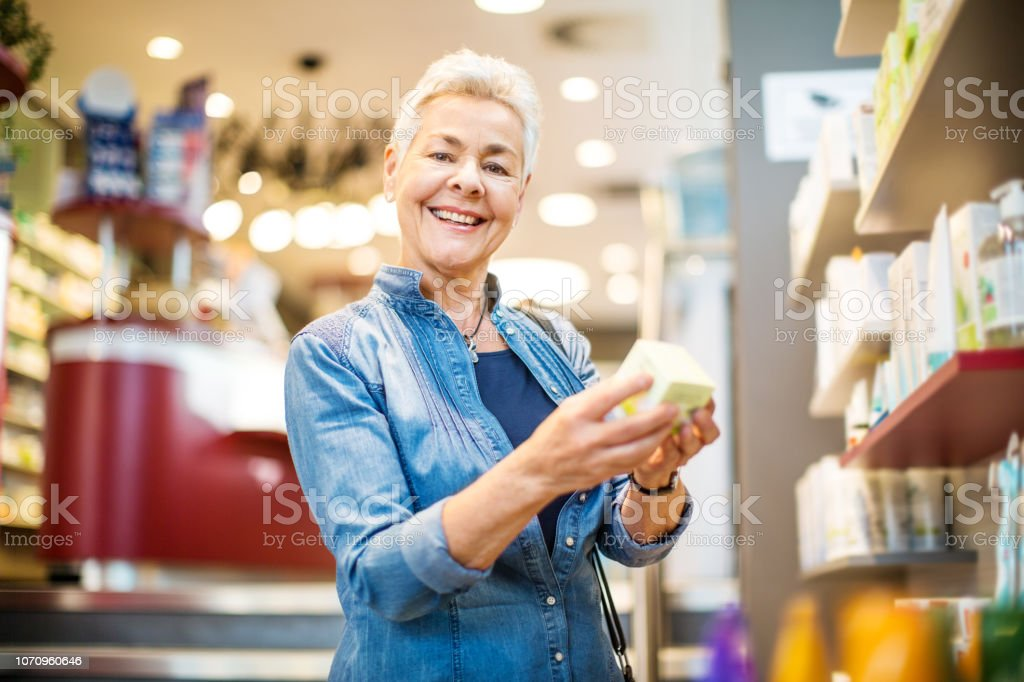 Ältere Frau Medizin in Apotheke kaufen – Foto