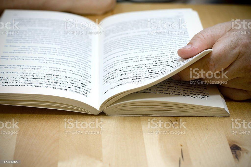 Senior mujer leyendo un libro foto de stock libre de derechos