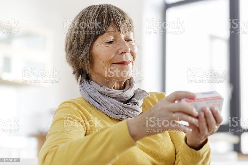 Senior woman reading label auf Medizin – Foto
