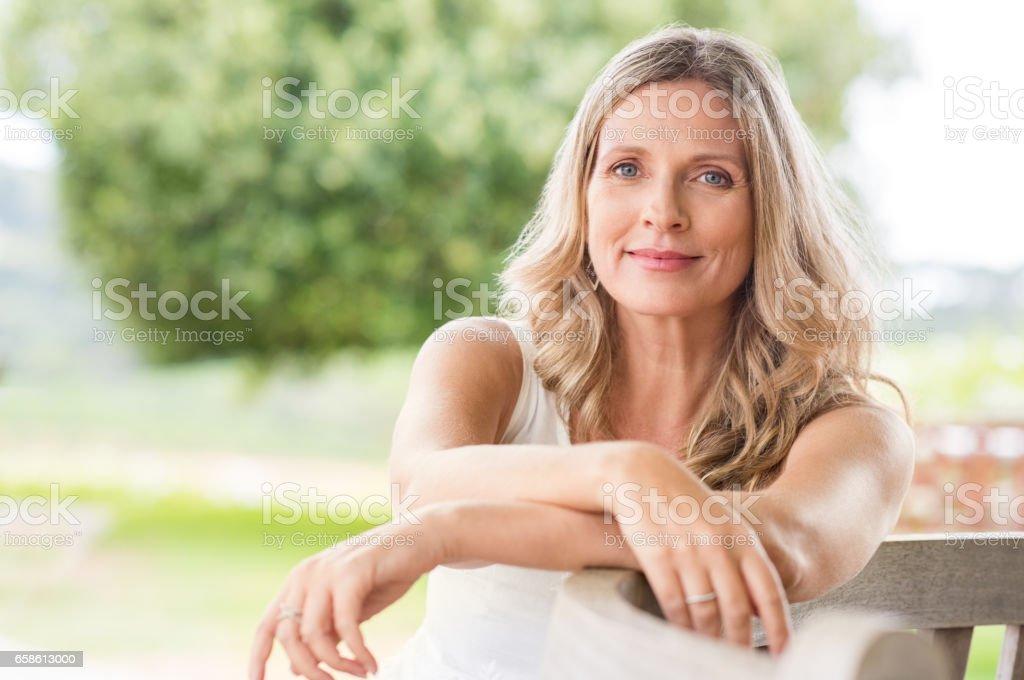 Mujer Senior relajante - foto de stock