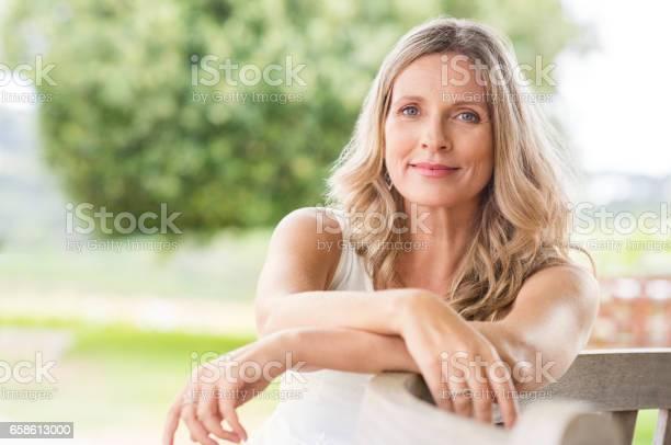 Senior Frau Entspannend Stockfoto und mehr Bilder von Alter Erwachsener