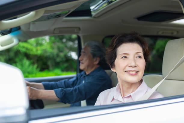 ältere frau auf dem beifahrersitz sitzen - sexy granny stock-fotos und bilder