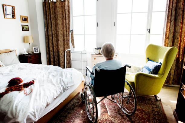 Haute femme assise sur le fauteuil seul - Photo