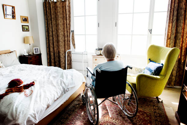 senior woman sitting on the wheelchair alone - nursing home zdjęcia i obrazy z banku zdjęć