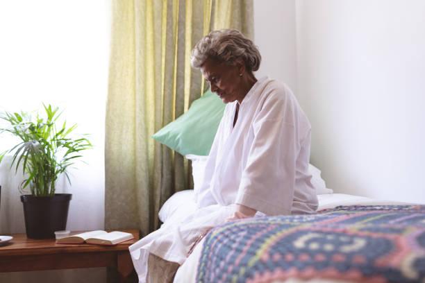 Seniorenfrau sitzt aufgeregt in Pflegeheim – Foto