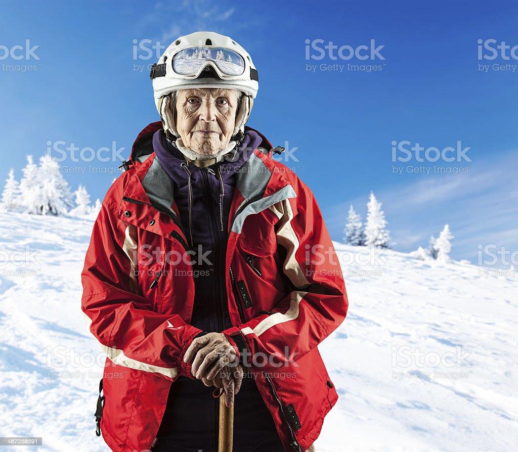 Senior Frau auf Schnee Ski slope in die Berge.  Mit Weg. – Foto