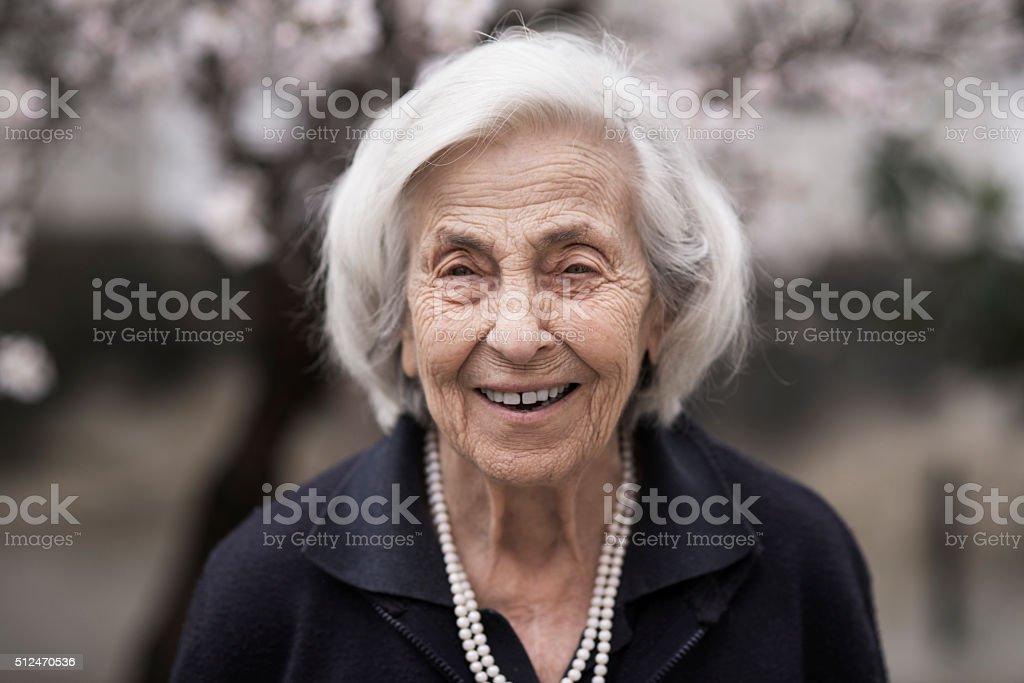 Donna anziana sorridente - foto stock