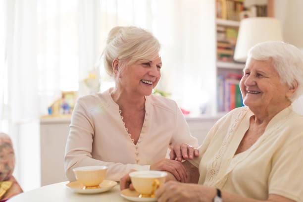 Seniorin, die mit ihrer Tochter Zeit verbringt – Foto
