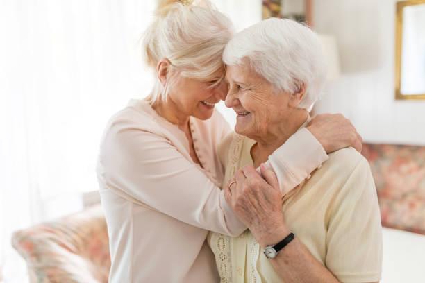 mujer mayor pasando tiempo de calidad con su hija - hija fotografías e imágenes de stock