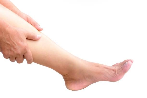 ältere frau mit schmerzen im bein - granny legs stock-fotos und bilder