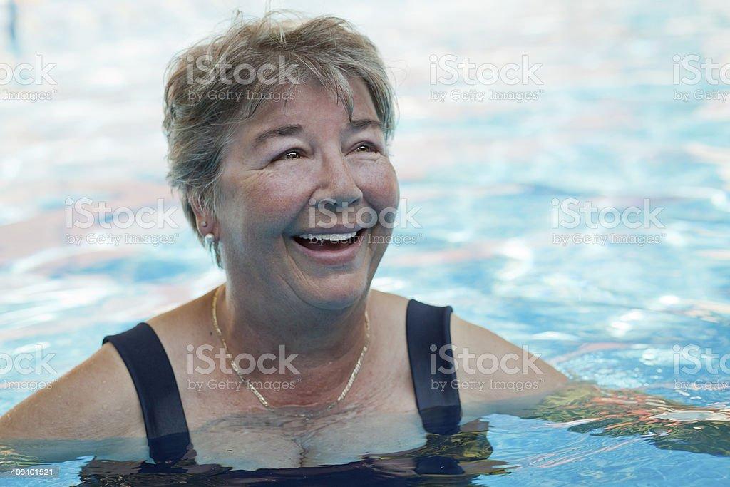 Senior Frau Schwimmen im pool – Foto