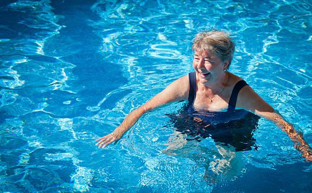 Senior Frau im Pool – Foto