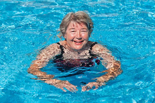 Senior Frau Schwimmen – Foto
