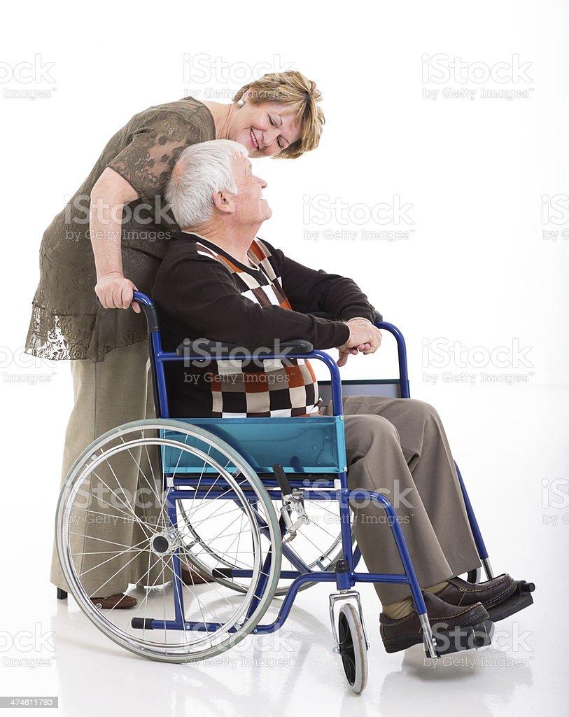 senior mujer hablando con su marido para personas con discapacidades - foto de stock