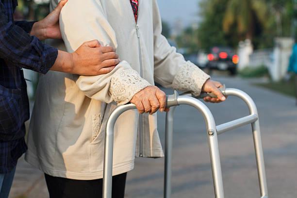 senior frau mit einem walker-street - überqueren stock-fotos und bilder