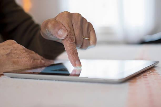 Senior Frau mit Computer und Kreditkarte online – Foto