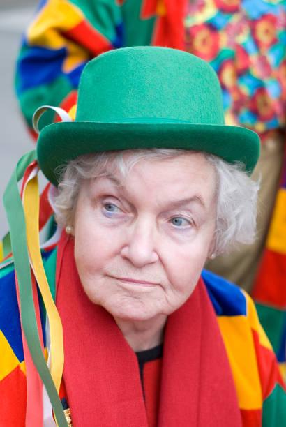senior frau mit bunten faschingskostüm - karnevalskostüme köln stock-fotos und bilder