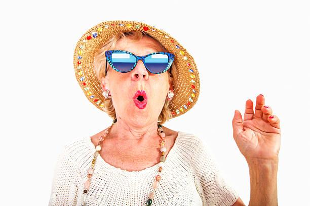 Femme âgée avec des lunettes de soleil et chapeau - Photo
