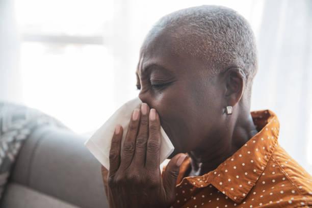 Seniorin mit Erkältung – Foto