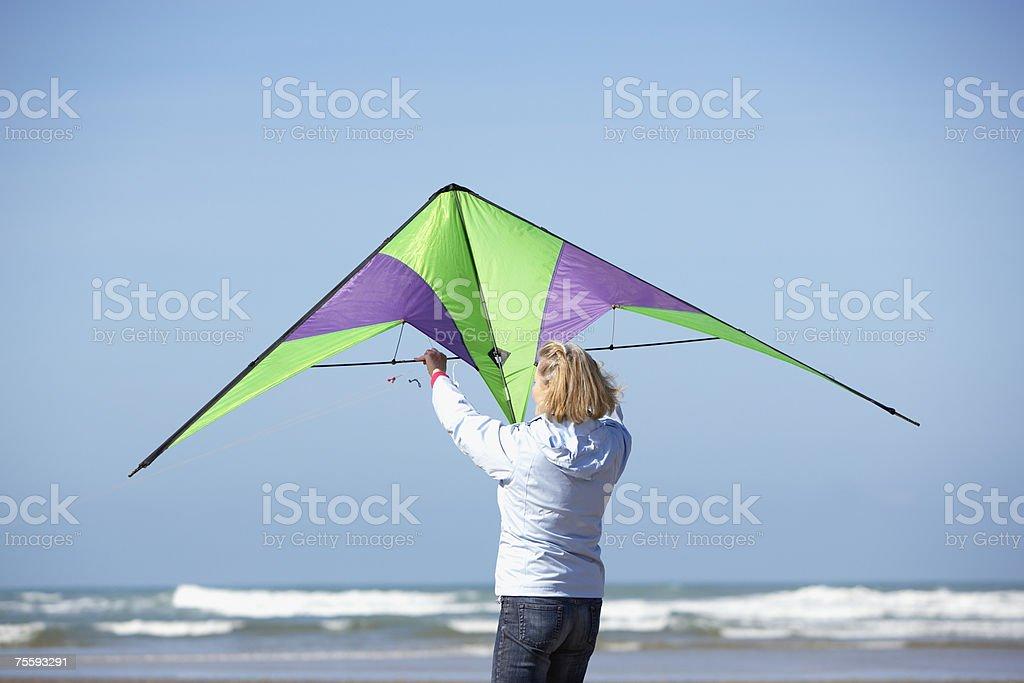 Uma Mulher Idosa com uma Pipa na praia foto de stock royalty-free
