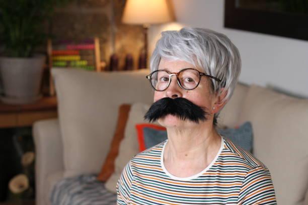 Mulher idosa de bigode - foto de acervo