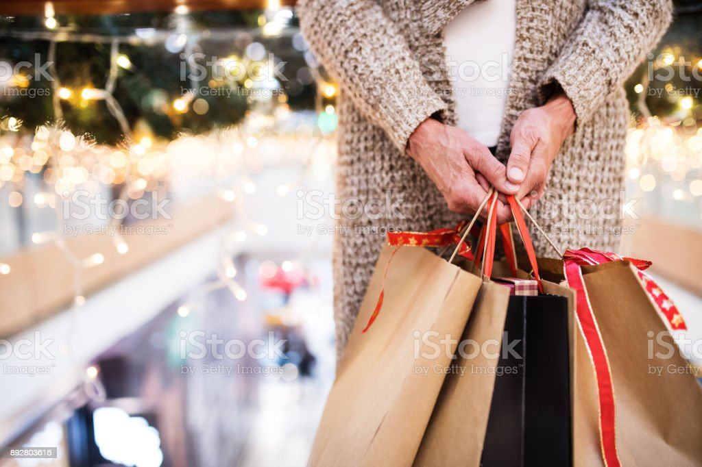 Femme senior avec des sacs, faire des achats de Noël. photo libre de droits