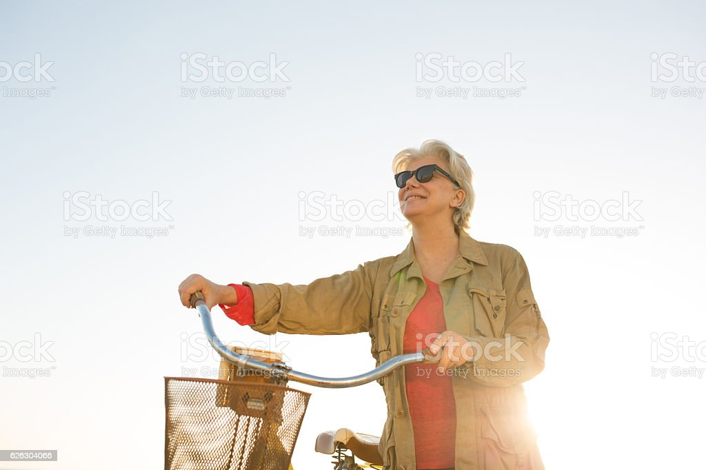 Senior femme avec vélo - Photo