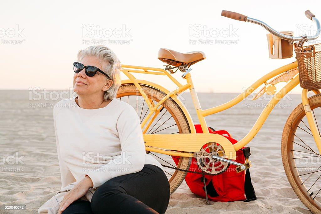 Senior Frau mit Fahrrad – Foto
