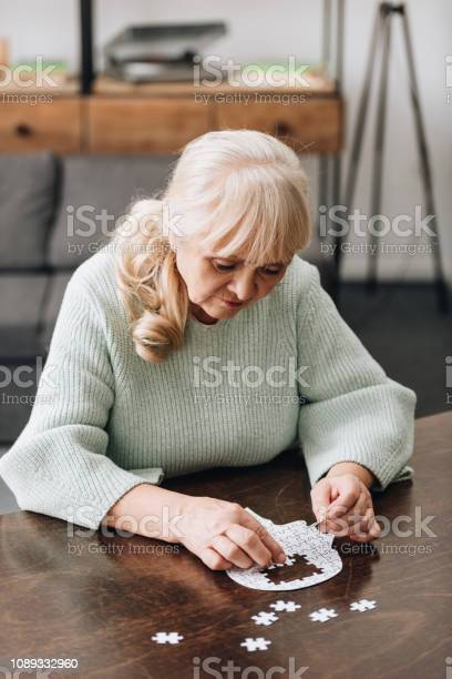 Senior woman with blonde hair playing with puzzles on table picture id1089332960?b=1&k=6&m=1089332960&s=612x612&h=nvik10fqihqoeutnxlpsdldyjdjnpyoqttaqx pb7dq=