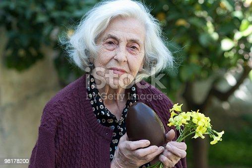 Donna Anziana Con Pasqua Uovo Di Cioccolato - Fotografie stock e altre immagini di 80-89 anni