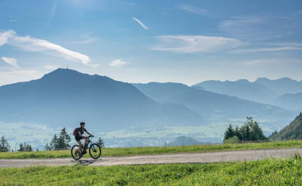seniorin mit elektro-mountainbike - regierungsbezirk schwaben stock-fotos und bilder