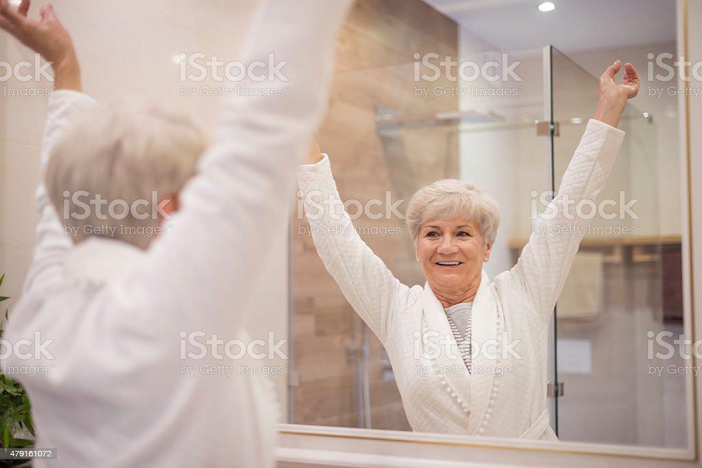 Senior mujer con las manos - foto de stock