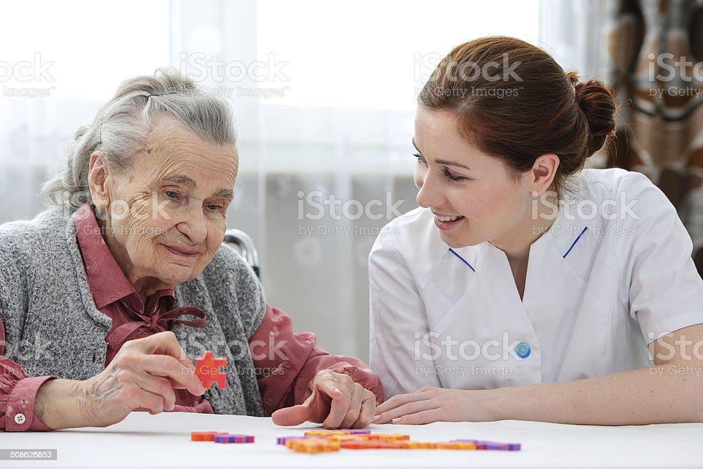 Senior Frau mit ihrer Krankenschwester Altenpflege – Foto