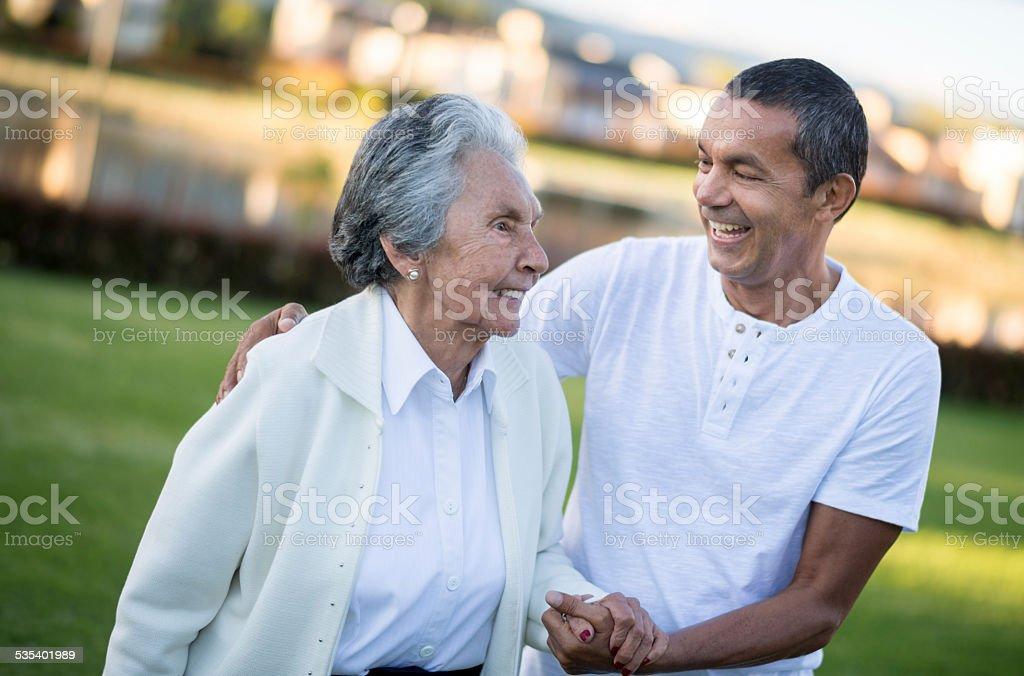 Senior mujer con su hijo - foto de stock