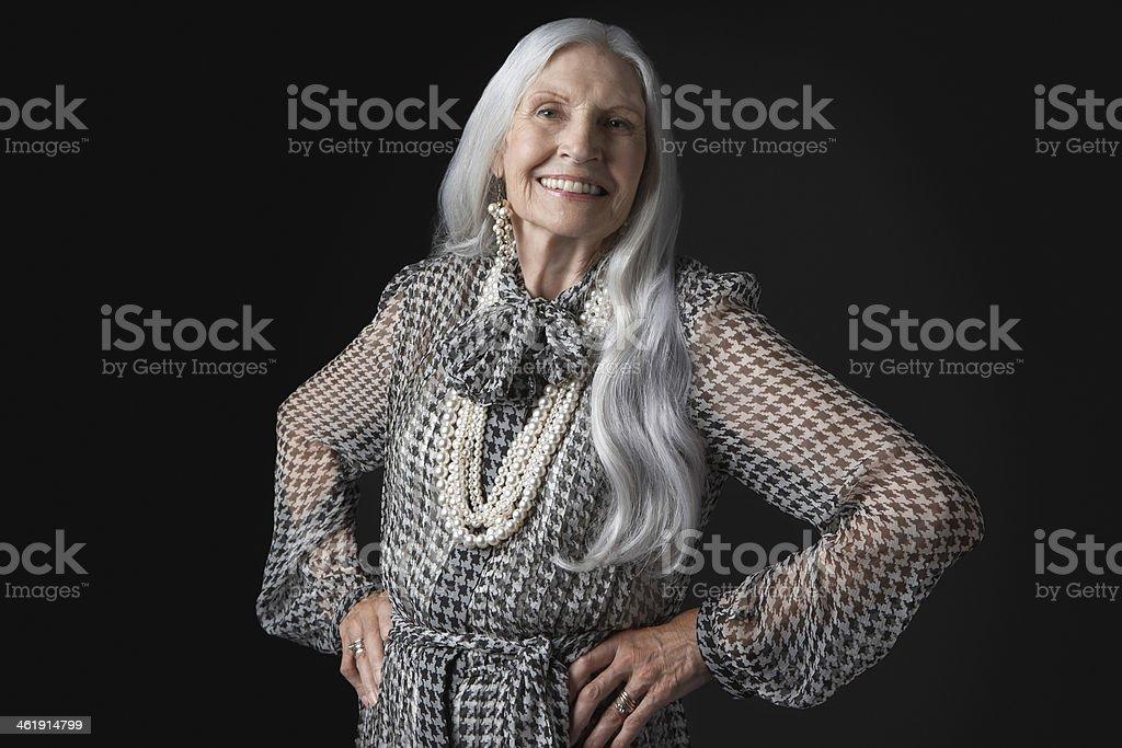 Donna Anziana Sorridente Con Lunghi Capelli Grigi ...