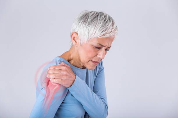 mulher sênior com dor no ombro. a mulher idosa está suportando a dor terrível. dor no ombro em uma pessoa idosa. senhora sênior com dor no ombro - articulação humana - fotografias e filmes do acervo