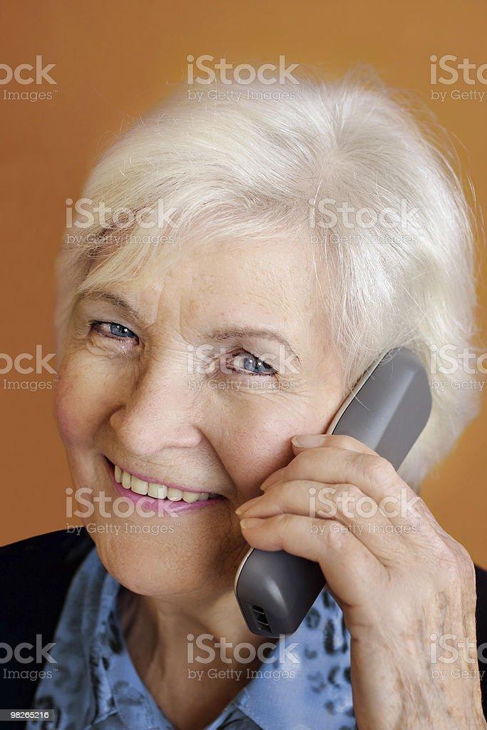 Senior donna con telefono foto stock royalty-free