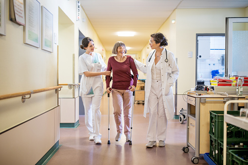 Ältere Frau Mit Gehstock Von Arzt Und Krankenschwester Geholfen Stockfoto und mehr Bilder von 70-79 Jahre