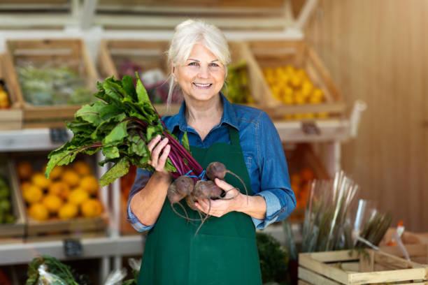 Seniorin arbeitet im kleinen Lebensmittelgeschäft – Foto