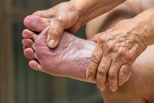 ältere frau hände massieren ihren fuß über massage-konzept - granny legs stock-fotos und bilder