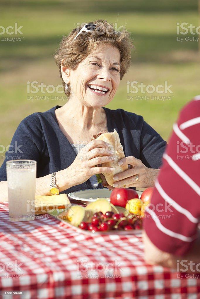 Ältere Frau auf Picknick – Foto