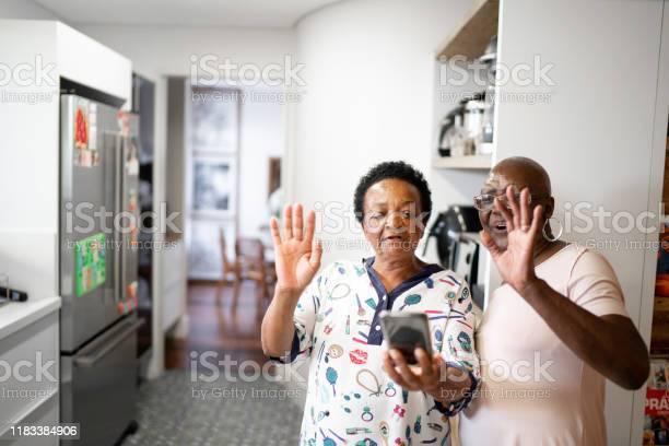 Photo libre de droit de Femmes Aînées Faisant Un Appel Vidéo Utilisant Le Smartphone banque d'images et plus d'images libres de droit de 65-69 ans
