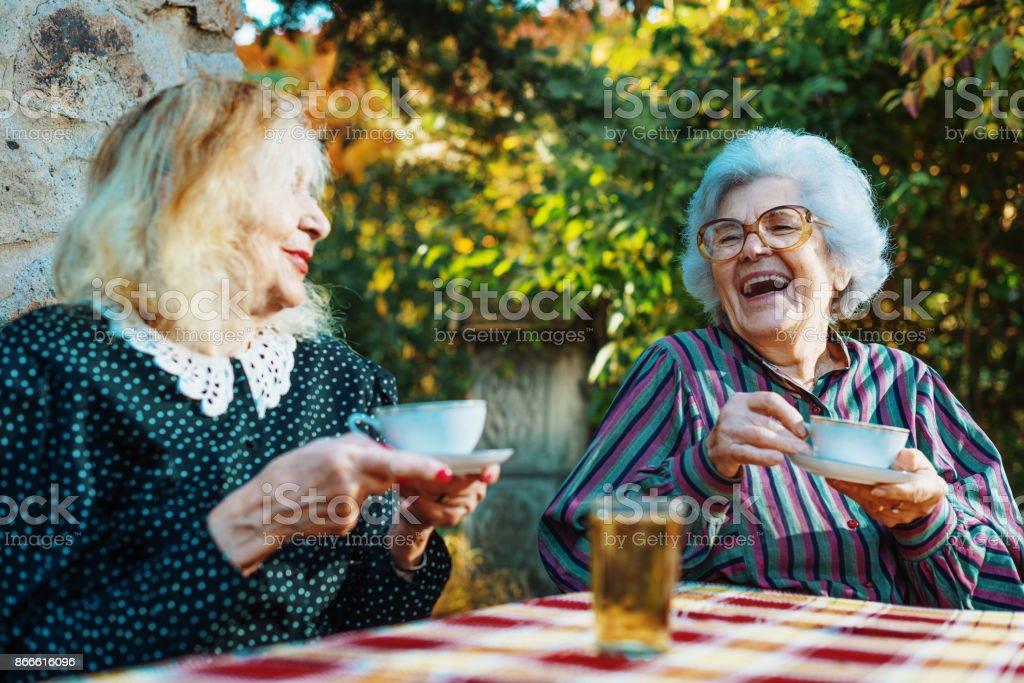 Frauen in Führungspositionen Kaffee trinken und lachen Lizenzfreies stock-foto